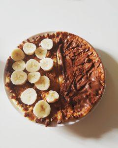 Een heerlijke protein pancake met links pindakaas, kaneel en banaan en rechts Nutella!